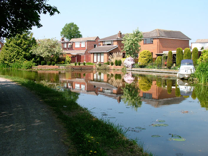 Last houses for a while on a wide stretch of the canal